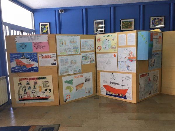 """FOTO - viste della mostra con i cartelloni realizzati dagli studenti dell'ISTITUTO SCOLASTICO COMPRENSIVO """"B. GENOVESE"""", esposta nella Hall di ingresso della Scuola"""
