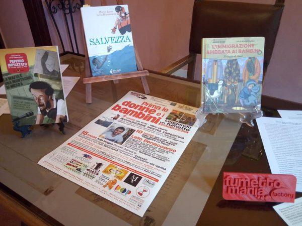 Foto 1 - Seconda stanza del villino Liberty: Tavolo con i romanzi a fumetti letti quest'anno dagli studenti