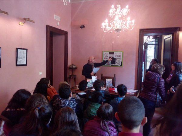 foto 3 - Spiegazione della mostra agli studenti, da parte dell'Arch. Mario Benenati