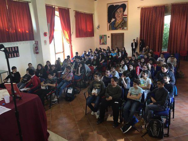 L'Incontro con l'autore del 10 maggio - Lelio Bonaccorso racconta la sua storia agli studenti, dopo i saluti e l'introduzione dell'Assessore Angelita Pino
