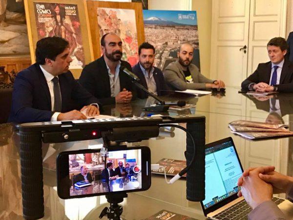 Un altro momento della conferenmza stampa di presentazione della nona edizione di Etna Comics 2019: il Sindaco di Catania ed Antonio Mannino