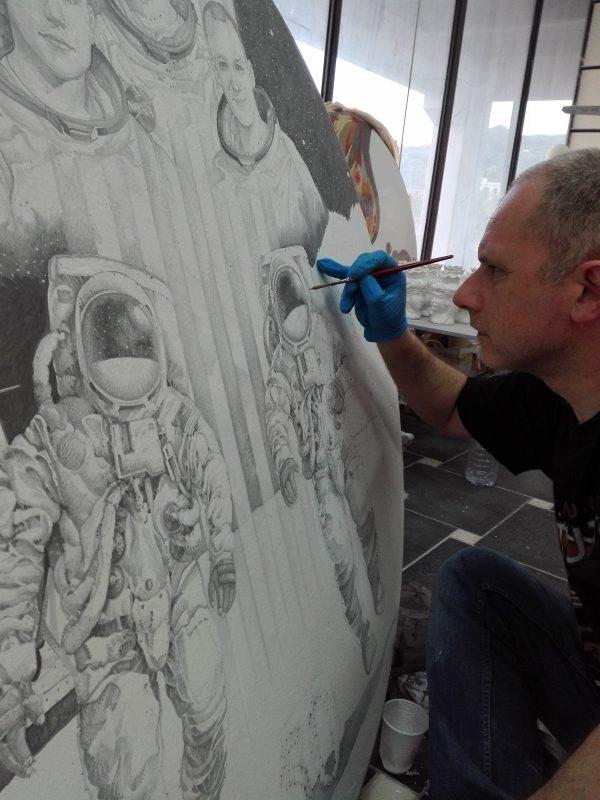 foto 6: tavolo di ceramica, durante la fase di realizzato dell'illustrazione, a cura di Giuseppe Pollicelli