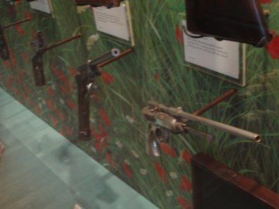 La pistola ad aria compressa è basata su  quella di cui ho fatto qualche scatto nel Museo della Polizia di Parigi (Le Musée de la Prefecture), che è ospitato nella stazione di polizia della quinta circoscrizione,  essere dentro al quale è un poco snervante, dato che è brulicante di sospetti e criminali che i poliziotti hanno arrestato o portati per un interrogatorio. E' severamente vietato scattare foto all'interno, motivo per cui gli scatti sono un poco sfocati, presi con il flash spento e tenuto in modo da non essere individuato dalle telecamere di sorveglianza.