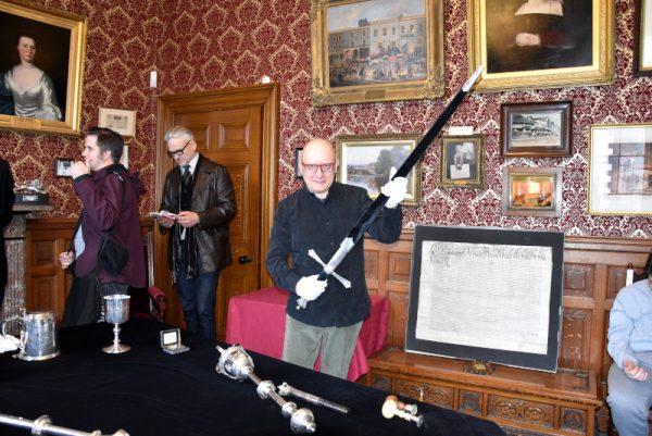 Il guerriero di Fumettomania tiene la spada consegnata alla città di Kendal da Carlo II ...