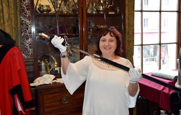 Anche la guerriera di Fumettomania tiene la spada consegnata alla città di Kendal da Carlo II ...
