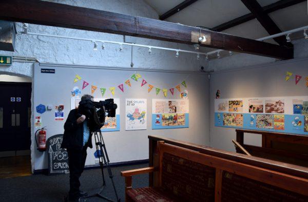 Secondo scorcio della mostra dedicata ai 60 anni dei Puffi con un cine-operatore che stava preparando un servizio televisivo sul Festival