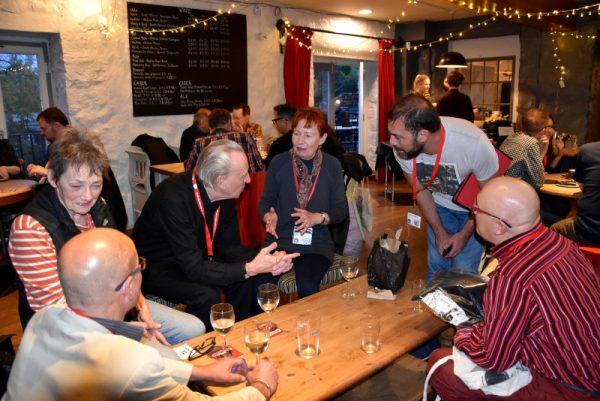 Alle ore 18:00, durante la cena offerta dal LICAF agli ospiti nel carinissimo bar all'interno del B.A.C., qui in mezzo ad un folla di artisti che chiacchieravano tra una pietanza e l'altra, Cesare ed io abbiamo incontrato Mary e Bryan Talbot, e abbiamo rivolto loro 2 domande veloci.