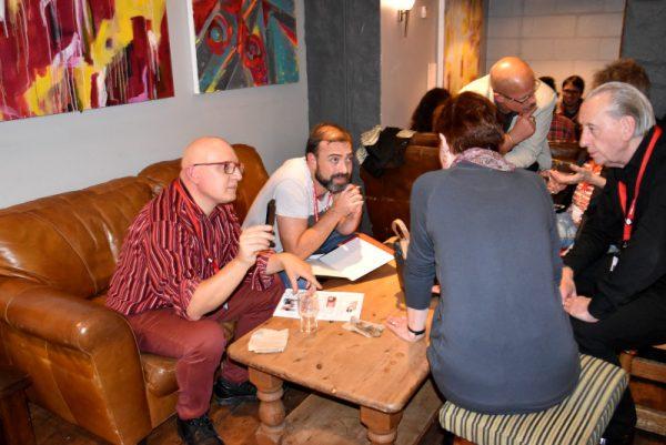 Breve chiaccherata di cesare Giombetti e Mario Benenati con Mary&Bryan Talbot prima della loro cena al bar del Brevery Arts Centre - foto 2