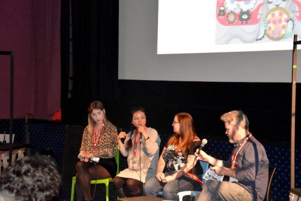 foto dell'incontro-intervista con tre autrici: Milena Huhta (autrice finnico-polacca), Junko Mizuno (giapponese), autrice del manifesto del  Lakes Festival,  e Becky Cloonan (USA),