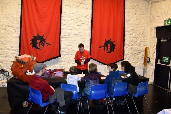 foto 1 con un gruppo di bambini che giocano nello spazio dedicato al fantasy al secondo livello del BAC,