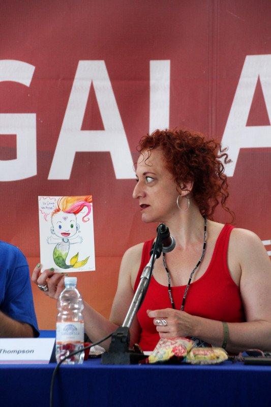 Jill sta per regalare il suo disegno raffigurante Delirio. Foto: ©Ambra Cirafisi - tutti i diritti riservati
