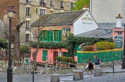 """Au Lapin Agile: un famoso cabaret nel distretto Montmartre di Parigi.  È lì dal 1860 circa, quando ancora si chiamava Au Rendez-vous des Voleurs (""""All'incontro dei ladri""""), per poi diventare il Cabaret des Assassins. Immagine 4 di 23"""