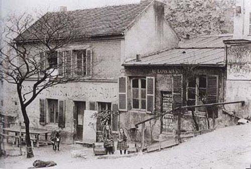 """Au Lapin Agile: un famoso cabaret nel distretto Montmartre di Parigi.  È lì dal 1860 circa, quando ancora si chiamava Au Rendez-vous des Voleurs (""""All'incontro dei ladri""""), per poi diventare il Cabaret des Assassins. Immagine 5 di 23"""