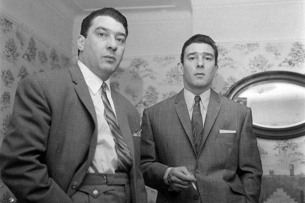 I Gemelli Cray: per il pubblico non britannico, I gemelli Kray, Ronnie e Reggie Kray, erano violenti gangster dell'East End di Londra negli anni '50 e '60. Raggiunsero una certa notorietà al punto che furono creati diversi film e programmi televisivi su di loro.