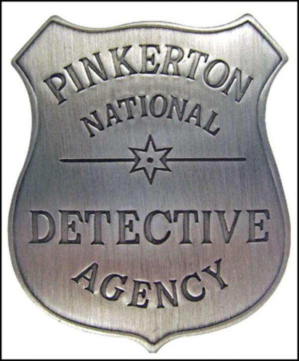 Lo scudo di Chance è basato sul vero distintivo dell'Agenzia Investigativa Pinkerton.