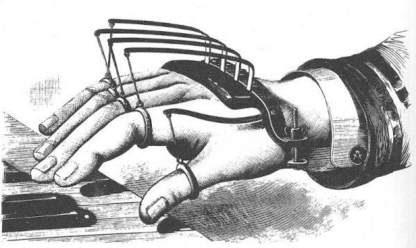 Doc sta indossando un qualcosa che ho ricavato da un'invenzione Vittoriana pensata per dare supporto alle dita di dattilografi e pianisti. Guardando attentamente l'illustrazione, si può notare un simbolo massonico sul bottone della camicia.