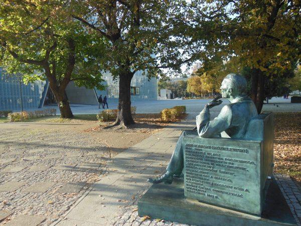 Statua di Jan Karski che guarda Il POLIN, il Museo della Storia degli ebrei a Varsavia in Polonia