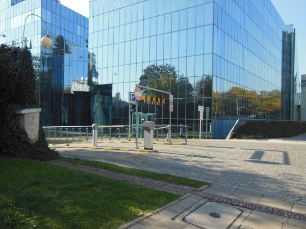 Traccia a terra delle mura del ghetto, a Varsavia (anno 2014)