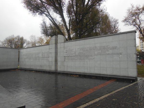 Monumento che ricorda il carico sui treni degli ebrei a Varsavia (anno 2014)