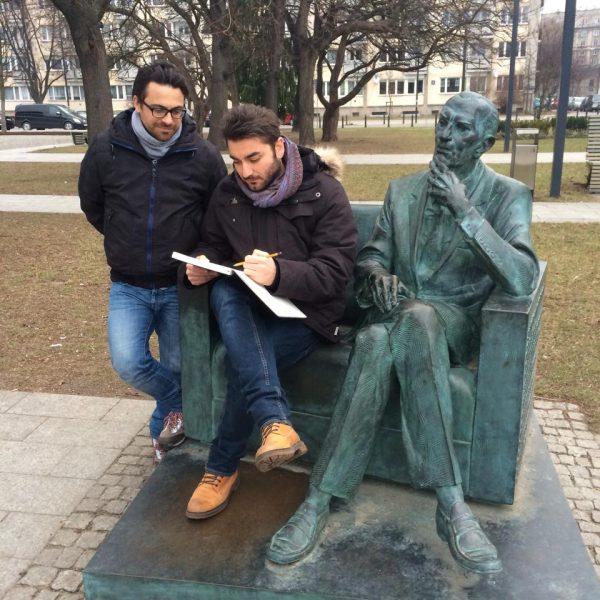 Tour in polonia di M. Rizzo e L. Bonaccorso. Insieme alla statua di karski, a Varsavia