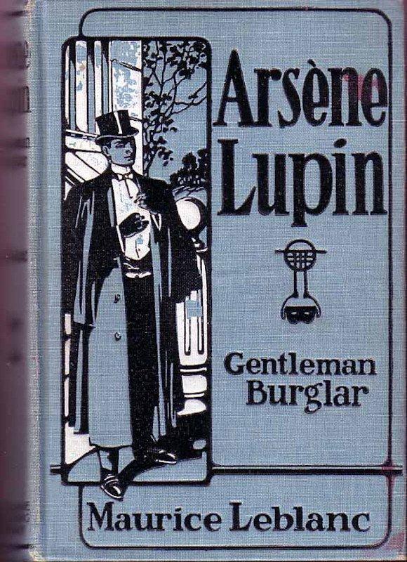 Shish sta leggendo un libro su Arsène Lupin, un gentiluomo ladro ed eroe protagonista di molti romanzi scritti da Maurie Leblanc (1864-1941) e altri. Ci sono stati film, spettacoli teatrali e fumetti, inclusi manga, basati su di lui. Leblanc è spesso descritto come l'equivalente francese di Sir Arthur Conan Doyle.
