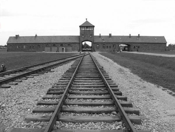 vista dell'ingresso al campo di sterminio di Auschwitz