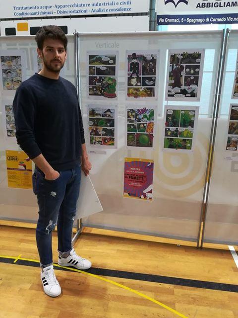 Biagio Biaz Panzani in foto, vicino alla sua opera esposta