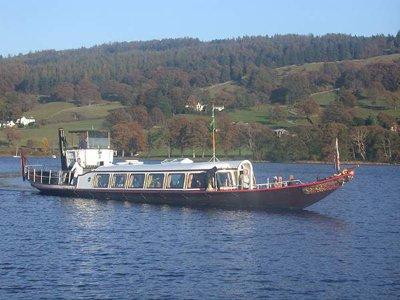La barca è ispirata allo yatch a vapore Gondola, che realmente traghetta le persone a Coniston.