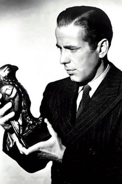 Humphrey Bogart con in mano il Falco maltese
