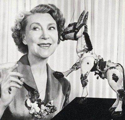 Muffin il Mulo: qualcosa dalla mia infanzia: omonima star dei pupazzi delle prime serie televisive per bambini della BBC, in origine apparsa nei tardi anni Quaranta, e, apparentemente, fino al 2005 in una versione animata. Qui lo vedete con la presentatrice originale, Anette Mills, sorella dell'attore John Mills.