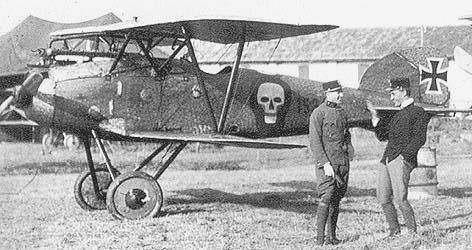 Altra foto di Godwin Brumowski vicino al suo aereo.