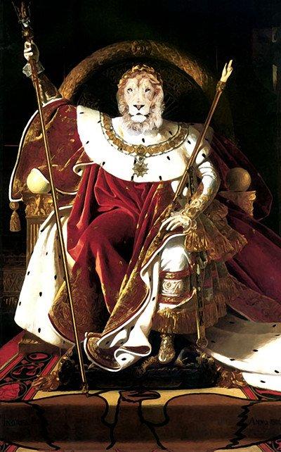 """Il dipinto sullo sfondo è una rielaborazione di """"Napoleone sul suo trono imperiale"""", 1806, di Jean-Auguste-Dominique Ingres."""