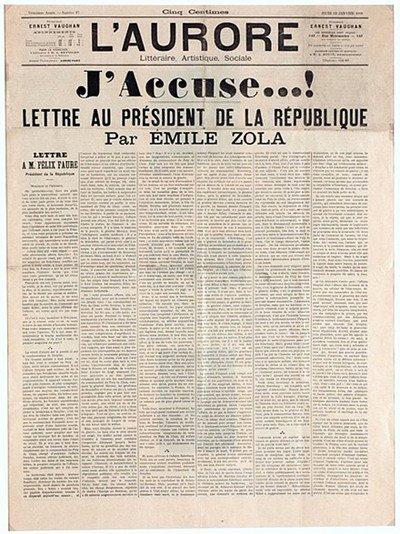 """Difficilmente si troverà su una rivista come """"Bonjour"""", ma la pagina piegata vista qui mostra la famosa lettera aperta """"J'Accuse!"""", Scritta da Emile Zola in difesa di Alfred Dreyfus."""