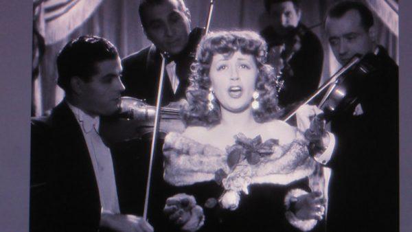 L'immagine dei quattro violinisti che suonano attorno a un cantante di un night club è ispirata a una scena di Suzy Delair che canta Danse Avec Moi nel film noir del 1947 Quai des Orfèvres, diretto da Henri-George Clouzot, a volte noto come lo Hitchcock francese.