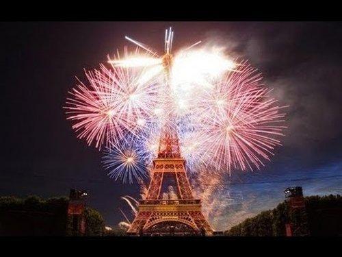 Grandville Force Majeure: I fuochi d'artificio del 14 luglio intorno alla Torre Eiffel sono davvero spettacolari come questo.