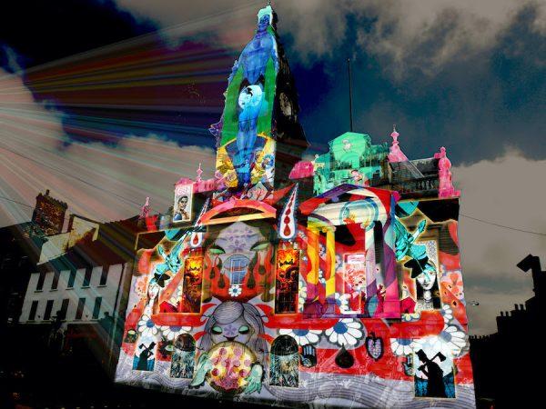 """speciale evento  chiamato """"Illuminos"""" per promuovere la pianificazione virtuale del Festival con una """"illuminazione"""" del municipio di Kendal."""