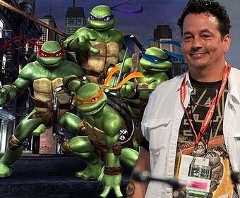 foto di K. Eastman con i personaggi con la tartarughe ninja, nella versione cinematografica.