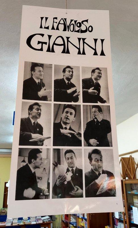 """il poster di ingresso alla mostra """"Il favoloso Gianni"""""""
