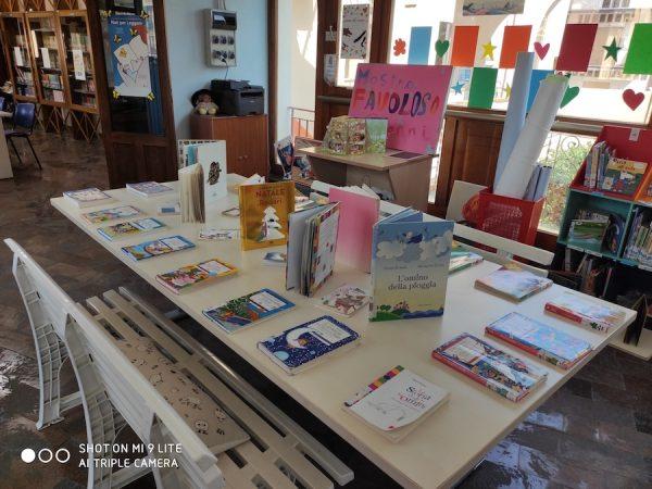 Foto del tavolo dei libri, sul quale i visitatori alla mostra hanno potuto sfogliare tutti i libri di G. Rodari