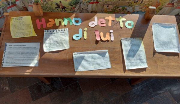 """Il tavolino """"hanno detto di lui"""", foto estratta dalla mostra """"Il favoloso Gianni"""""""