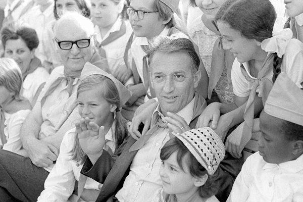 Altra foto di Gianni Rodari con i giovani