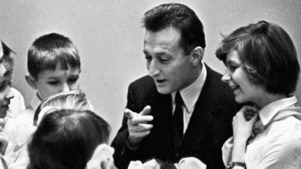 Altra foto di Gianni Rodari che dialoga con i ragazzi