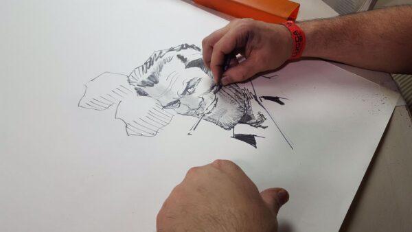 Dan Panosian mentre disegna